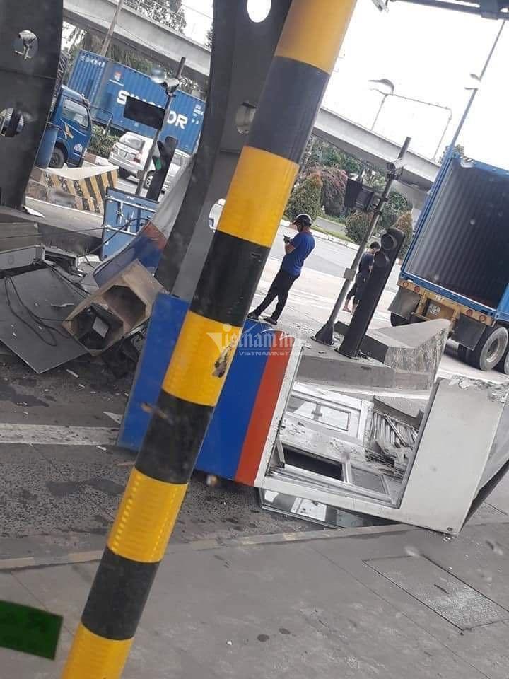 Cửa thùng xe container đập nát cabin trạm thu phí ở Sài Gòn Ảnh 4