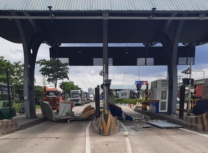 Cửa thùng xe container đập nát cabin trạm thu phí ở Sài Gòn Ảnh 1