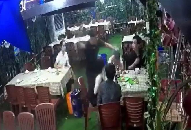 Hỗn chiến trong quán nhậu ở TP.HCM, 1 người bị đâm chết Ảnh 1