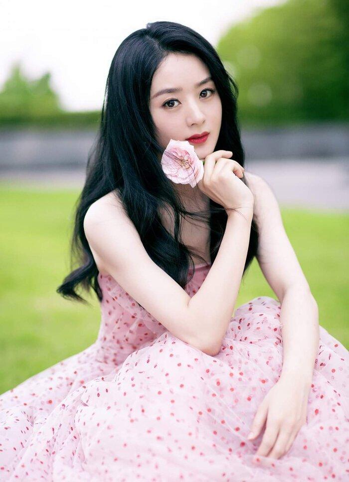 Triệu Lệ Dĩnh bất chấp các lùm xùm gần đây leo lên hạng 5 hot search nhờ diện váy cực thanh lịch tại Quảng Châu Ảnh 1