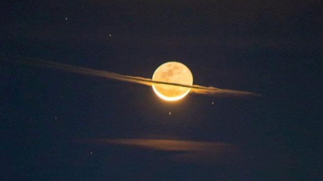 Mặt Trăng 'biến hình' thành sao Thổ Ảnh 1