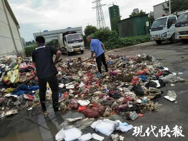 Lục tìm hơn 8 tấn rác, công nhân vệ sinh tìm thấy giấy báo trúng tuyển đại học bị mất cho nam sinh Ảnh 1