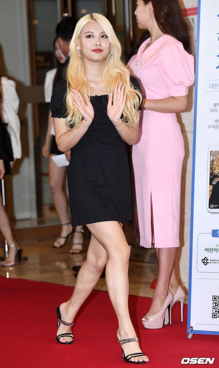 Lễ trao giải 'VHNT 2020': JooE mập lên, Nancy xồ xề như phụ nữ U30 bị Phạm Băng Băng Hàn Quốc áp đảo Ảnh 10