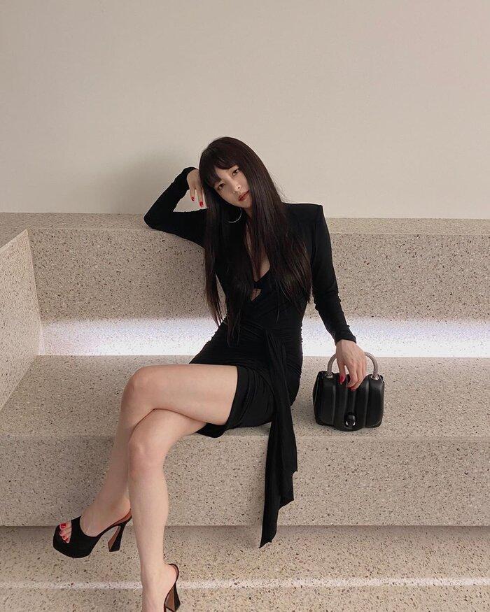 Mỹ nhân dao kéo Han Ye Seul diện váy đen xẻ sâu lộ nội y đầy quyến rũ Ảnh 1