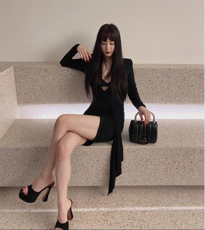 Mỹ nhân dao kéo Han Ye Seul diện váy đen xẻ sâu lộ nội y đầy quyến rũ Ảnh 3