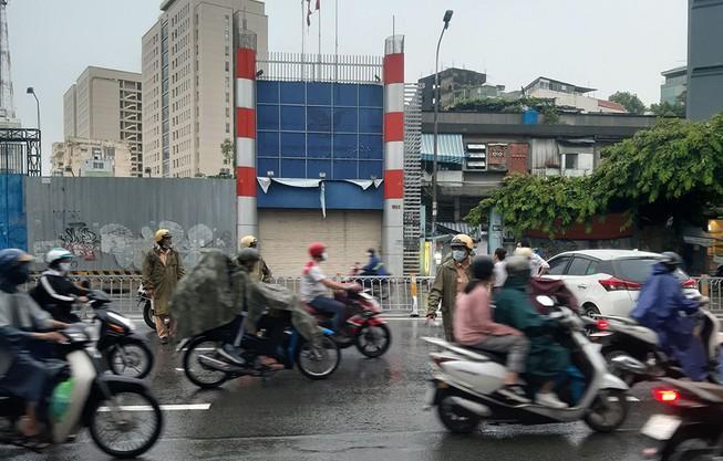 Nữ tài xế tông ô tô vào dải phân cách trên đường Nguyễn Văn Cừ Ảnh 1