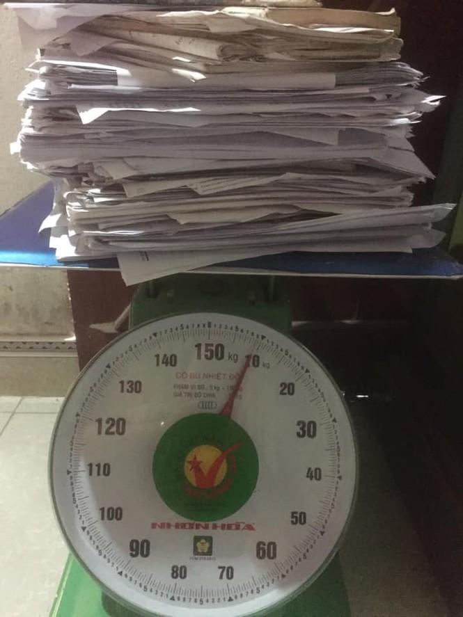 'Trend' mới của hội sĩ tử hậu mùa thi: 'Đọ' cân nặng của sách vở, tài liệu, đề luyện thi Ảnh 1