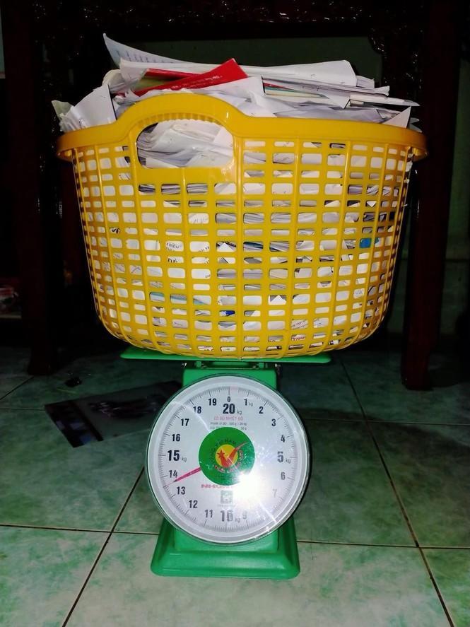 'Trend' mới của hội sĩ tử hậu mùa thi: 'Đọ' cân nặng của sách vở, tài liệu, đề luyện thi Ảnh 2