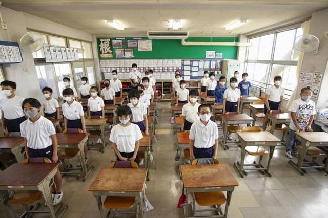 Nhật Bản: Các trường học bắt đầu mở cửa lại sau kỳ nghỉ hè được rút ngắn Ảnh 1
