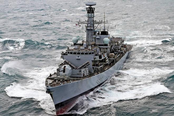 Hải quân NATO theo sát 9 tàu chiến Nga qua vùng biển gần Anh Ảnh 1
