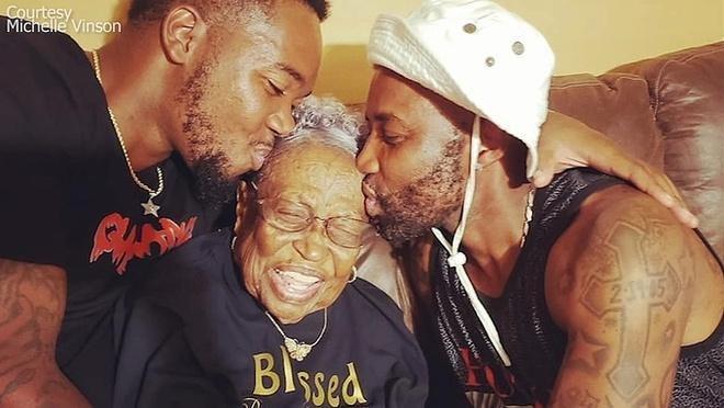 173 con cháu lái xe diễu hành mừng sinh nhật cụ bà 100 tuổi Ảnh 1