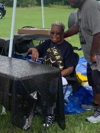 173 con cháu lái xe diễu hành mừng sinh nhật cụ bà 100 tuổi Ảnh 2