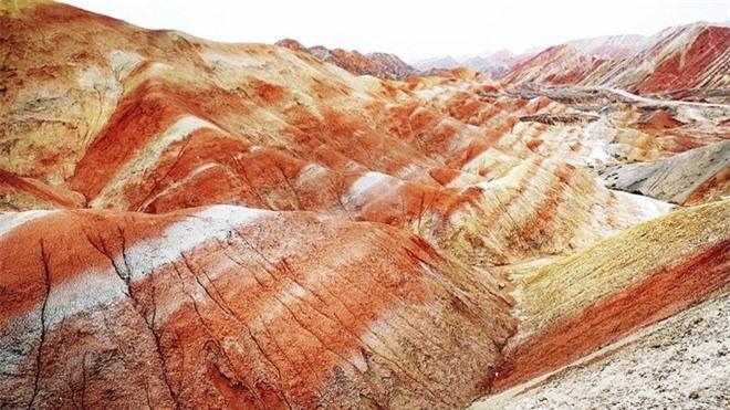 Cận cảnh ngọn núi 7 màu sắc lóng lánh như cầu vồng Ảnh 4