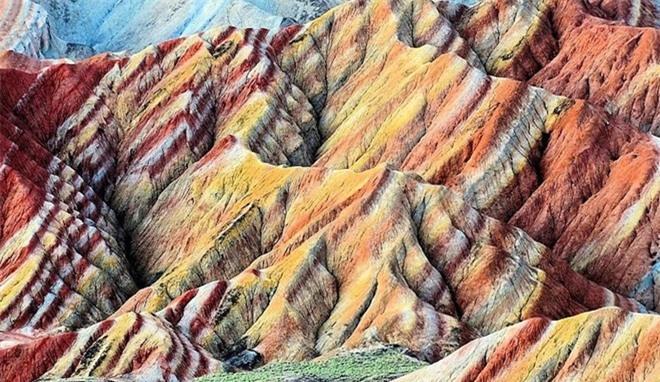 Cận cảnh ngọn núi 7 màu sắc lóng lánh như cầu vồng Ảnh 7