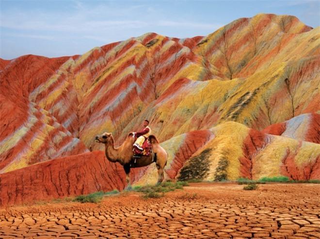 Cận cảnh ngọn núi 7 màu sắc lóng lánh như cầu vồng Ảnh 6