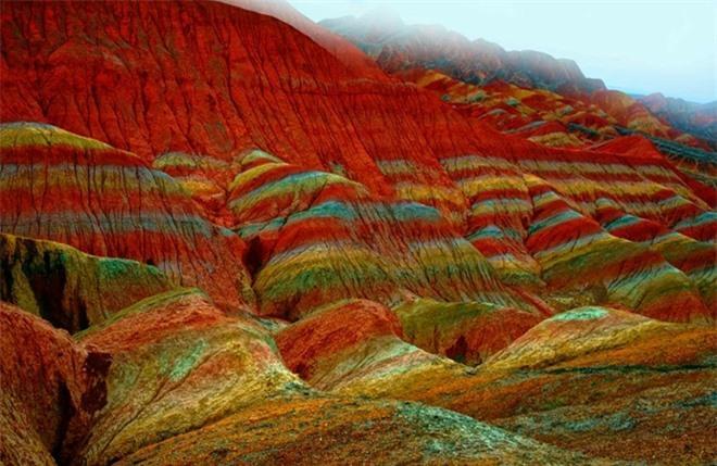 Cận cảnh ngọn núi 7 màu sắc lóng lánh như cầu vồng Ảnh 5