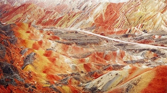 Cận cảnh ngọn núi 7 màu sắc lóng lánh như cầu vồng Ảnh 3
