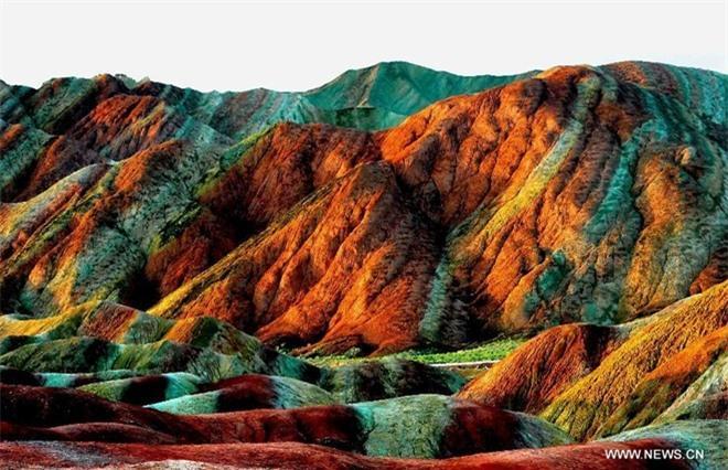 Cận cảnh ngọn núi 7 màu sắc lóng lánh như cầu vồng Ảnh 8
