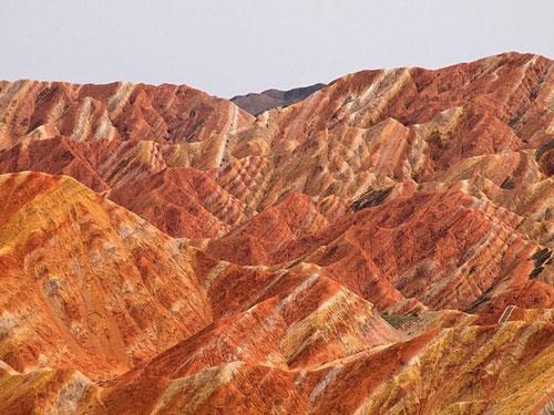 Cận cảnh ngọn núi 7 màu sắc lóng lánh như cầu vồng Ảnh 1