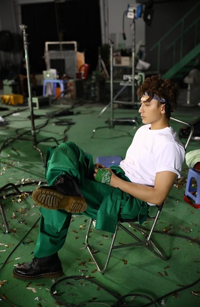 Isaac tung MV '2 giờ chiều', thể hiện sự đa năng của mình Ảnh 2