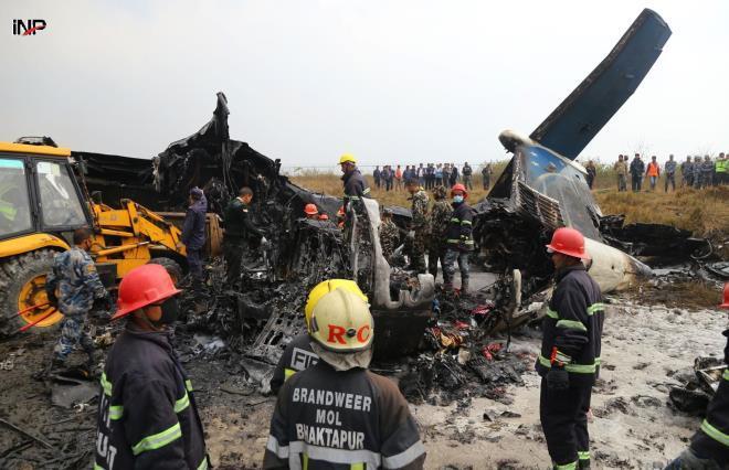 Máy bay rơi làm 17 người chết, dân bất chấp lao ra nhặt tiền Ảnh 1