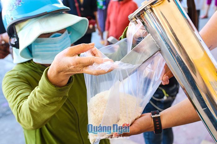 Ấm lòng người nghèo bên máy 'ATM gạo' công nghệ cao Ảnh 3