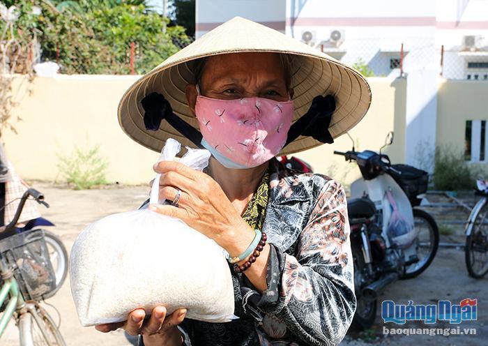 Ấm lòng người nghèo bên máy 'ATM gạo' công nghệ cao Ảnh 4