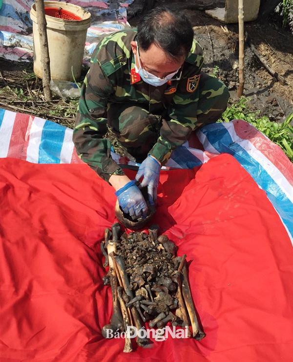 Khai quật và cất bốc 1 hài cốt liệt sĩ tại huyện Nhơn Trạch Ảnh 1