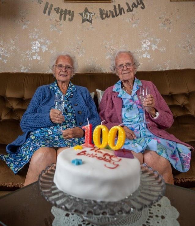 Cặp song sinh già nhất nước Anh tròn 100 tuổi Ảnh 2