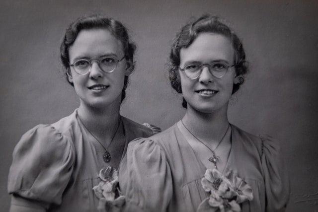 Cặp song sinh già nhất nước Anh tròn 100 tuổi Ảnh 1