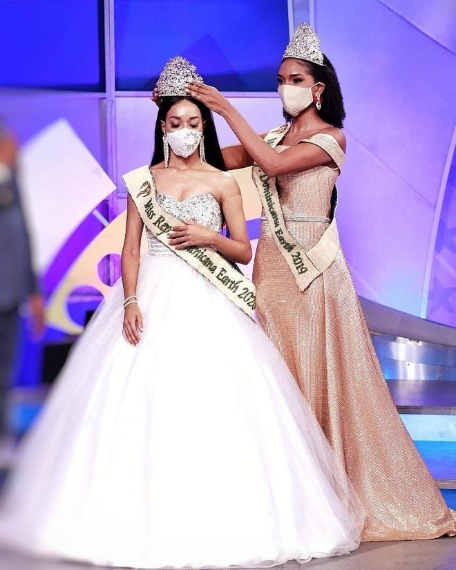 Hoa hậu Cộng hòa Dominica đeo khẩu trang khi đăng quang Ảnh 1