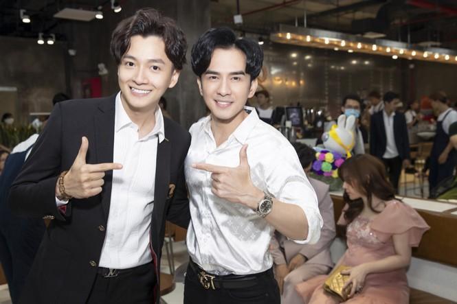 Gần nửa showiz Việt đã đến chúc mừng Ngô Kiến Huy lên chức ông chủ tiệm cà phê Ảnh 2