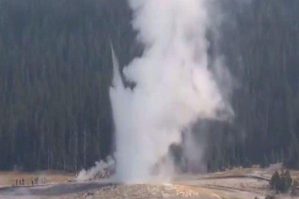 Mạch nước phun trào cao tới 60 mét sau 'giấc ngủ' dài Ảnh 1