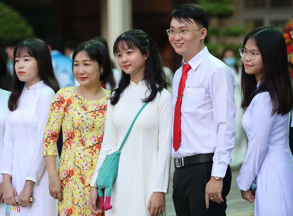 Lâm Thanh Mỹ mặc áo dài dự khai giảng Ảnh 8