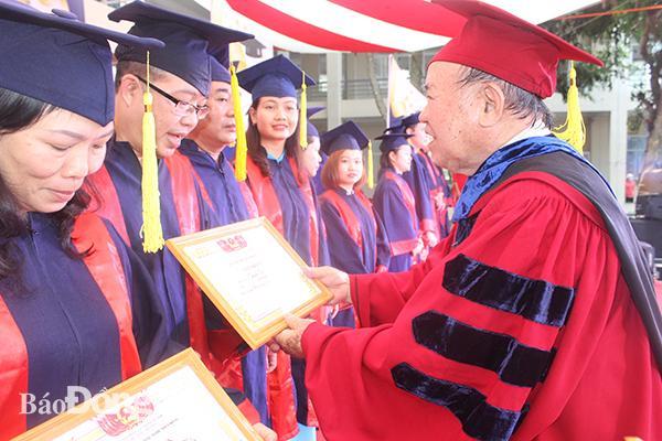 Trao bằng tốt nghiệp cho 235 tân cử nhân, dược sĩ Ảnh 1