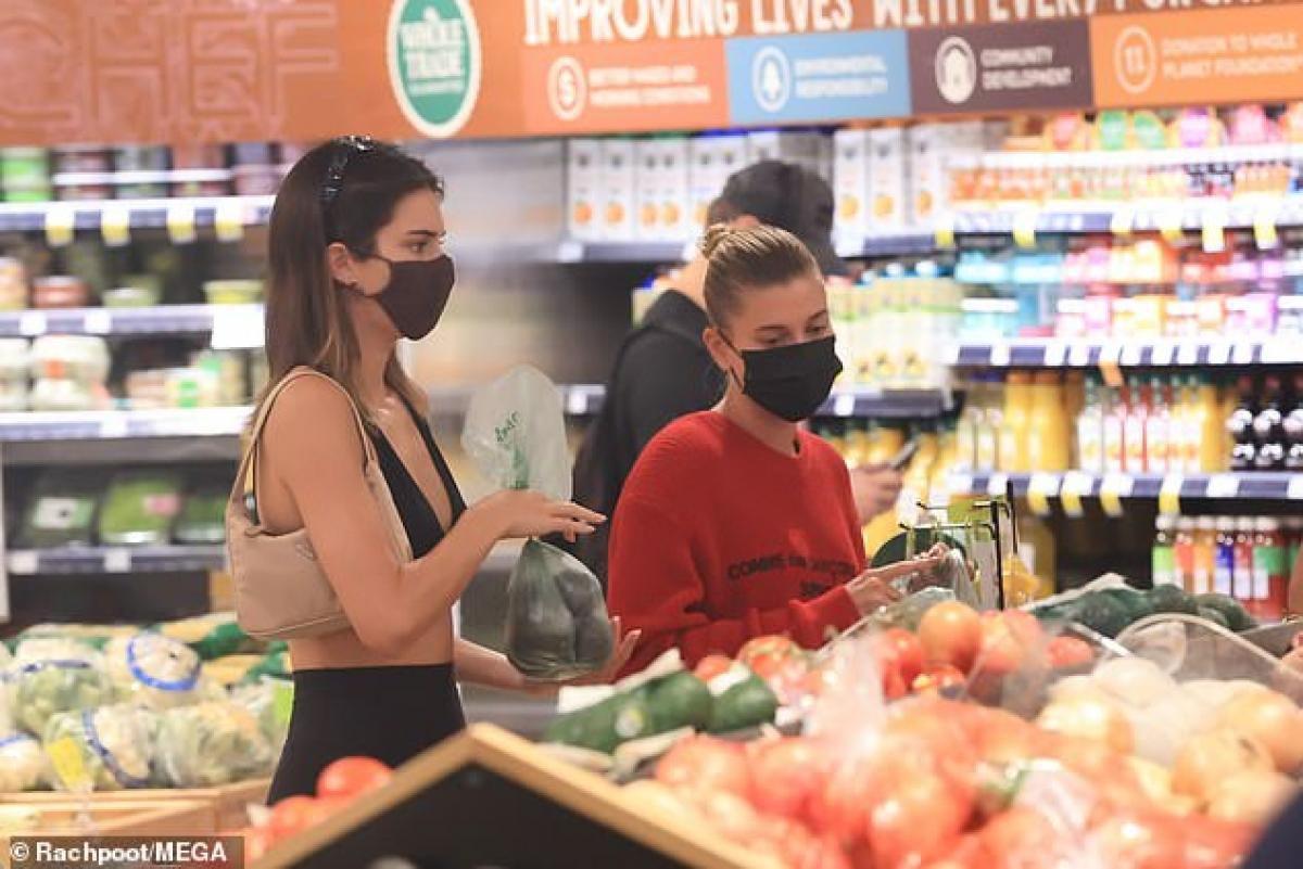 Kendall Jenner và bà xã Justin Bieber sành điệu đi mua đồ tại cửa hàng tạp hóa Ảnh 4