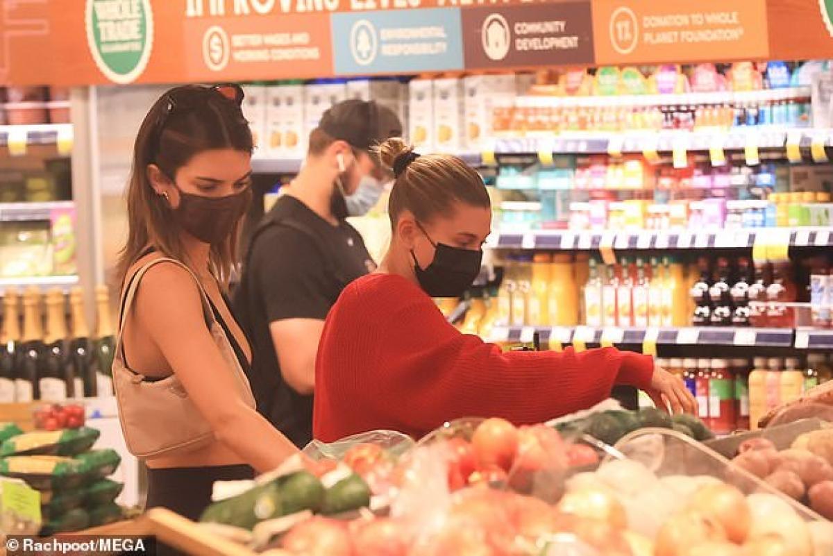 Kendall Jenner và bà xã Justin Bieber sành điệu đi mua đồ tại cửa hàng tạp hóa Ảnh 5