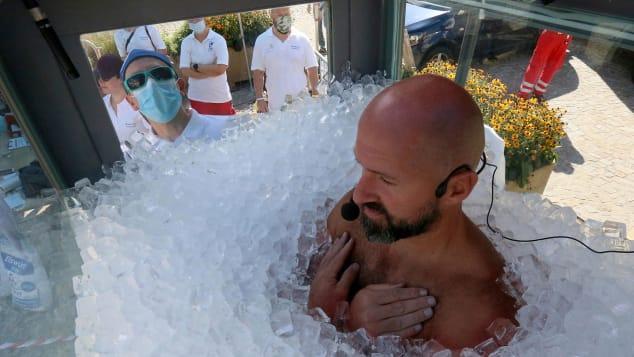 Người đàn ông ngâm mình trong đá lạnh suốt 2,5 giờ mong lập kỷ lục thế giới Ảnh 1