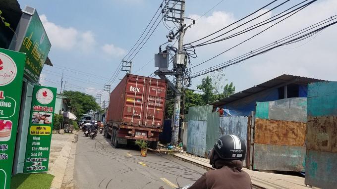 Container va trúng máy biến áp gây nổ lớn Ảnh 1