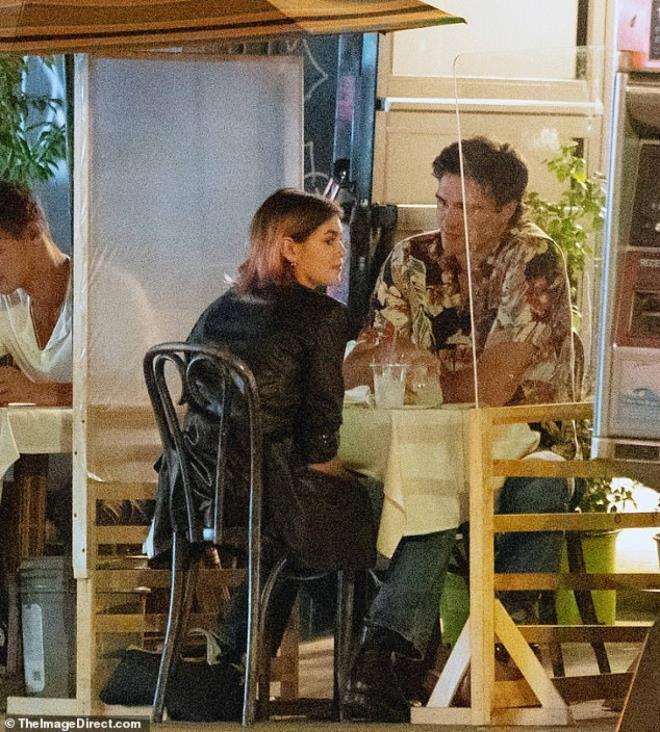 Con gái siêu mẫu Cindy Crawford nắm tay bạn trai dạo phố, ngầm khoe tình mới Ảnh 7