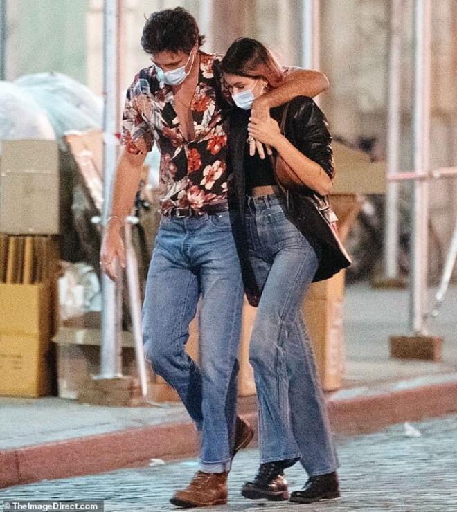 Con gái siêu mẫu Cindy Crawford nắm tay bạn trai dạo phố, ngầm khoe tình mới Ảnh 4
