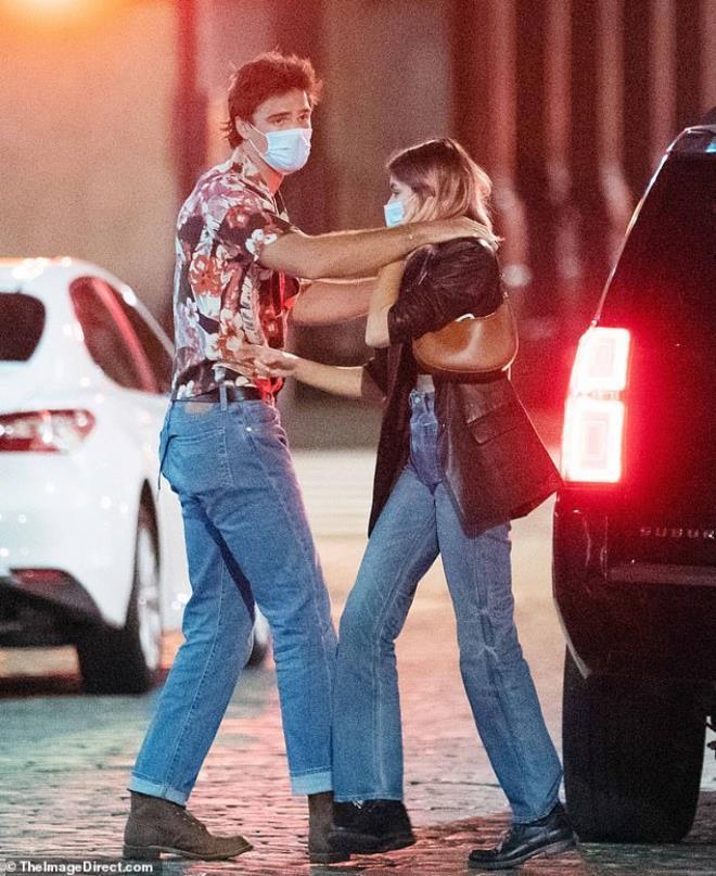 Con gái siêu mẫu Cindy Crawford nắm tay bạn trai dạo phố, ngầm khoe tình mới Ảnh 5