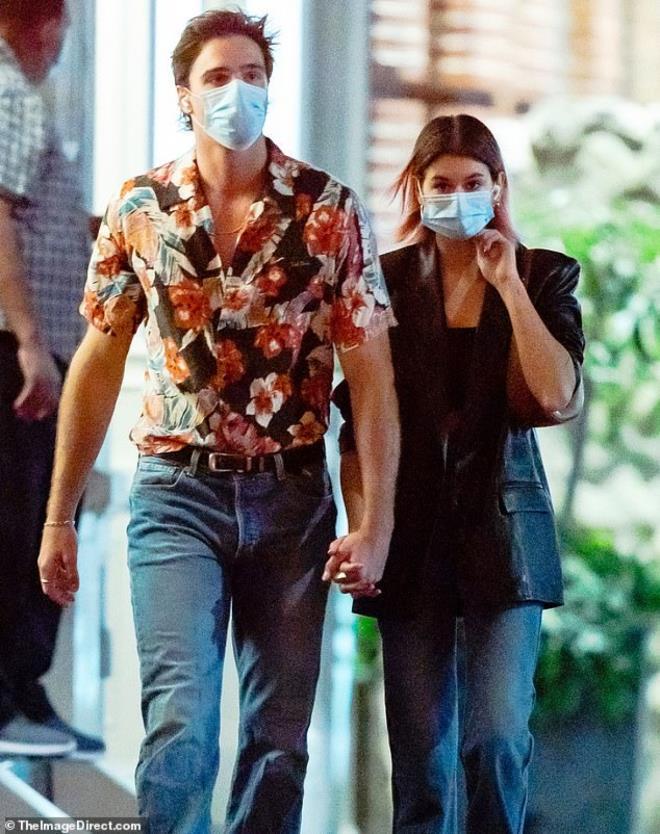Con gái siêu mẫu Cindy Crawford nắm tay bạn trai dạo phố, ngầm khoe tình mới Ảnh 2