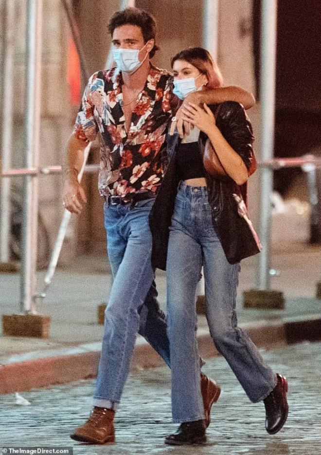 Con gái siêu mẫu Cindy Crawford nắm tay bạn trai dạo phố, ngầm khoe tình mới Ảnh 3