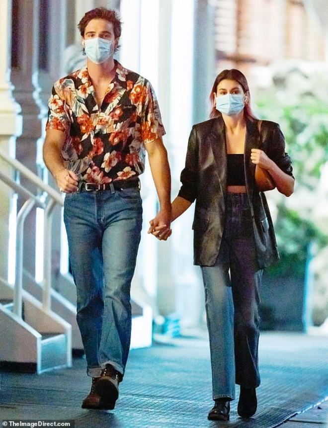 Con gái siêu mẫu Cindy Crawford nắm tay bạn trai dạo phố, ngầm khoe tình mới Ảnh 1