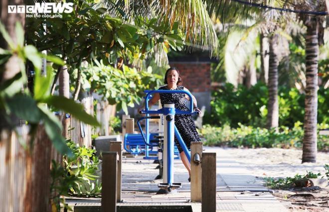 Người Đà Nẵng thong dong tắm biển, cà phê ngày cuối tuần nới lỏng giãn cách Ảnh 7