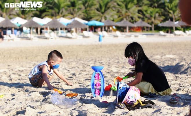 Người Đà Nẵng thong dong tắm biển, cà phê ngày cuối tuần nới lỏng giãn cách Ảnh 5