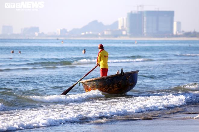 Người Đà Nẵng thong dong tắm biển, cà phê ngày cuối tuần nới lỏng giãn cách Ảnh 6