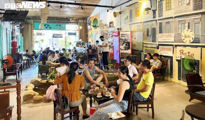 Người Đà Nẵng thong dong tắm biển, cà phê ngày cuối tuần nới lỏng giãn cách Ảnh 1