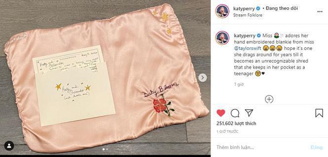 Katy Perry cảm ơn món quà Taylor Swift tặng cho con gái, kêu gọi fan stream 'folklore' Ảnh 1